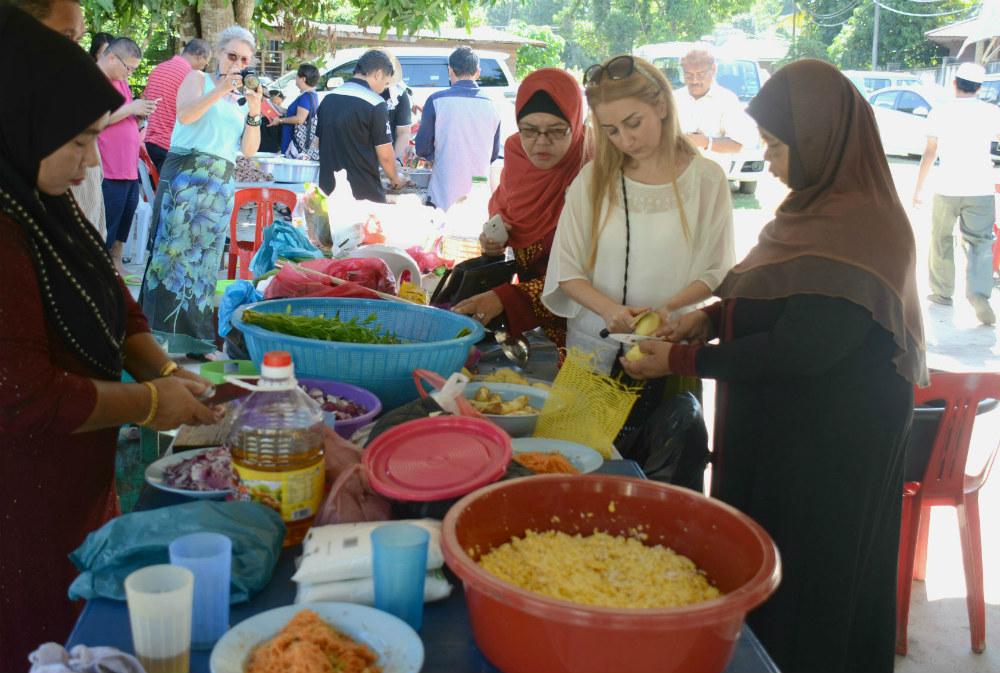 همکاری هنرمندان در تهیه غذا