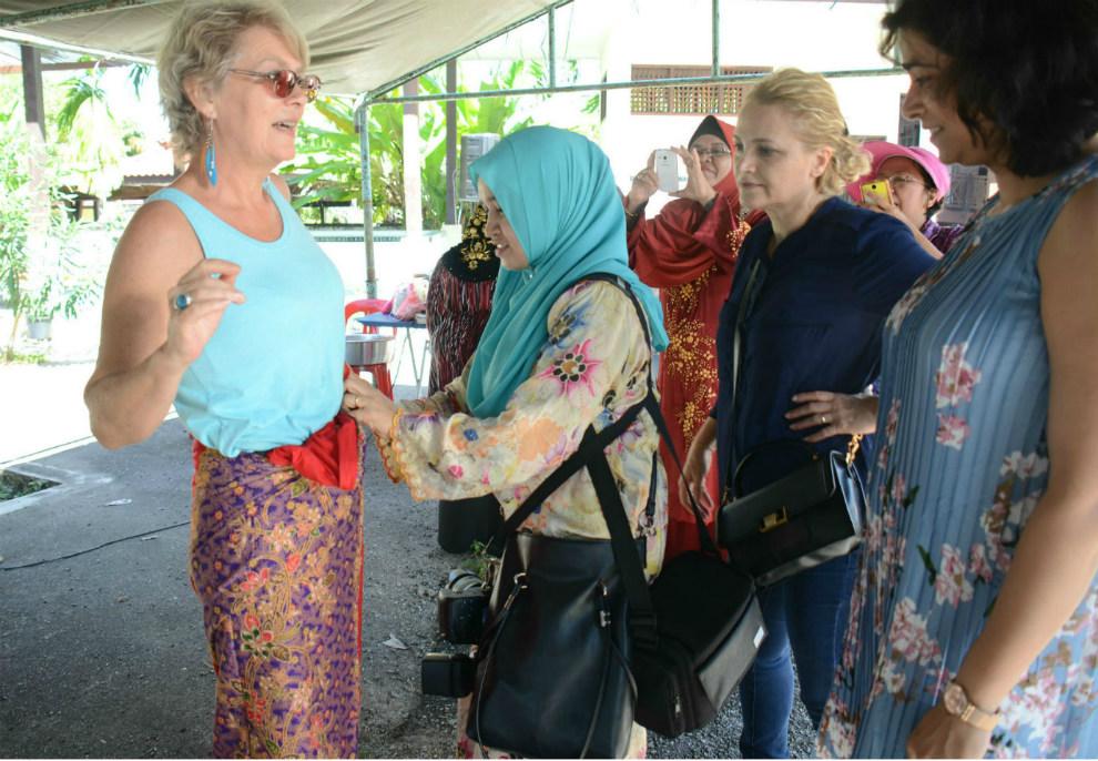 آموزش نحوه پوشیدن لباس سنتی به هنرمندان
