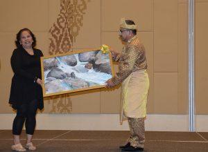 اهدای نقاشی توسط هنرمند فیلیپینی