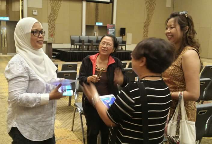 Pn Zainariah having an animated discussion with Sherin Ng, artist and LAB 2016 bloggers - Mayeth (Phillipines) and myself (Malaysia)